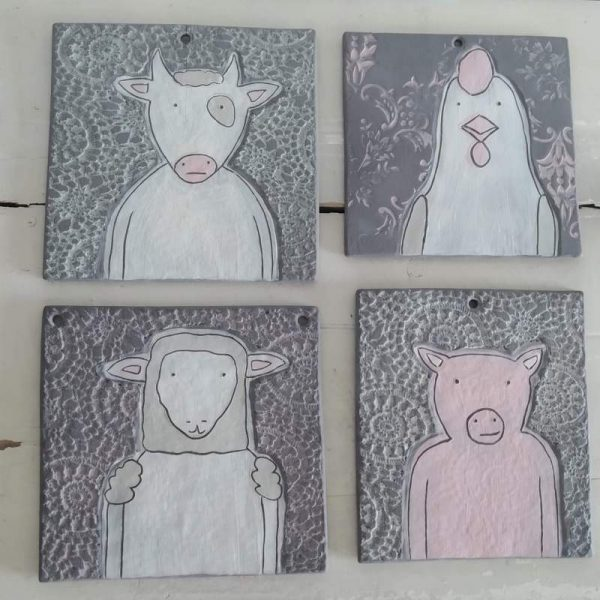 Verschiede Wandbilder, grauer Ton mit Struktur und Kuh, Huhn, Schaf und Schwein
